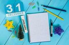 12月1日天1月,在创造性的工作场所背景的日历 冬天新年时间 文本的空的空间 库存照片