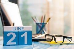 6月21日天21月,在办公室背景的木颜色日历 新的成人 文本的空的空间 库存图片
