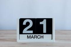 3月21日天21月,在木桌背景的每天日历 春天,文本的空的空间 免版税库存图片