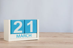 3月21日天21月,在桌背景的木颜色日历 春天,文本的空的空间 免版税库存照片