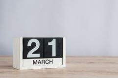 3月21日天21月,在轻的背景的木日历 春天,文本的空的空间 免版税库存图片
