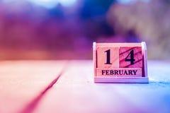 2月14日或情人节木砖块展示日期和月日历  免版税库存图片