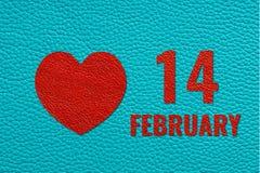 2月14日文本和心脏在绿松石皮革 免版税库存照片