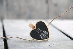 2月14日文本,圣华伦泰` s天与心脏的贺卡,弄脏了背景的照片 库存图片