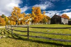 2017年10月17日有秋天糖槭的新英格兰农场-佛蒙特 库存照片