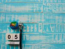6月05日木块日历地球和听诊器在蓝色木头 免版税库存图片