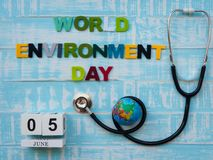 6月05日木块日历地球和听诊器有世界的E 库存照片
