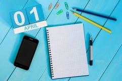 4月1日木颜色日历的4月1日图象在蓝色背景的 文本的空的空间 所有傻瓜` s天 免版税库存照片