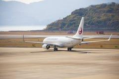 2015年12月19日机场长崎 日本 JAL飞机在机场  免版税库存图片