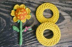 3月8日标志和手工制造彩色塑泥在木背景开花 愉快的妇女` s天设计 能使用作为装饰问候 库存照片