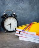 9月1日概念明信片,老师天,回到学校或学院,供应,闹钟 免版税库存图片