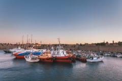 2014年7月13日的希腊,罗得岛- 7月13日港口城市和堡垒墙壁在罗得岛,希腊 库存图片