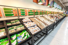 2014年2月14日的道路交叉点超级市场内部视图在杭州 道路交叉点是法国链子企业全世界 库存图片