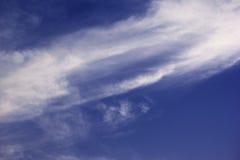 2017年7月21日的DUBAI-UNITED阿拉伯酋长管辖区 美好的自然保佑了与白色云彩的蓝天,迪拜 免版税库存图片