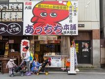 2016年3月10日的Shinseikai 游人排队在著名Takoyaki供营商在Shinseika 免版税库存照片