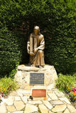 9月11日纪念品-拿着世界贸易中心大厦的耶稣基督古铜色雕象 图库摄影