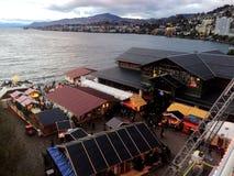 11月2017 24日蒙特勒瑞士人-圣诞节市场和老城市鸟瞰图在蒙特勒,瑞士 免版税库存照片