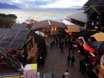 11月2017 24日蒙特勒瑞士人-圣诞节市场和老城市鸟瞰图在蒙特勒,瑞士 免版税库存图片