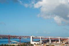 4月25日连接里斯本的桥梁到Almada的自治市, Tejo河 免版税库存图片
