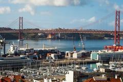4月25日连接里斯本的桥梁到Almada的自治市, Tejo河 免版税库存照片