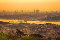7月15日迫害桥梁,在日落的Bosphorus桥梁 免版税库存照片