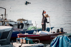 2017年1月01日长洲岛,香港:中国停车处传统捕鱼船在港口 免版税库存照片