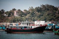2017年1月01日长洲岛,香港:中国停车处传统捕鱼船在港口 免版税图库摄影