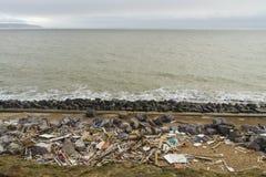 2月14日风暴损伤2014年,捣毁的海滩h木遗骸  图库摄影