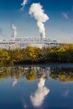 2016年10月15日,乔治C Platt纪念桥梁和精炼厂烟窗,在费城南部, PA 免版税图库摄影
