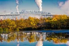 2016年10月15日,乔治C Platt纪念桥梁和精炼厂烟窗,在费城南部, PA 免版税库存照片