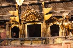 2013 11月28日,从窗口的人神色其中一个寺庙 库存图片