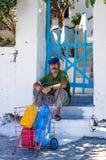 2012年8月20日,伊努塞斯岛,希腊-老人坐一个房子的步在伊努塞斯岛海岛,希腊 库存图片