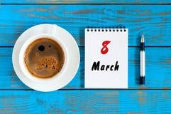 3月8日,保存日期 为国际妇女` s天撕掉日历日历,前进8在蓝色桌上与早晨 免版税图库摄影