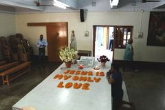 2017年3月7日,加尔各答,印度,母亲特里萨坟茔的A崇拜者在加尔各答,印度 库存照片