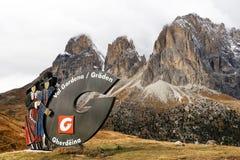 2016年10月18日,南蒂罗尔,在入口的标志的白云岩向Val加迪纳 免版税库存图片
