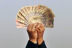 2016年11月9日,印度A未认出的男孩在天空中采取了一些印地安货币 图库摄影