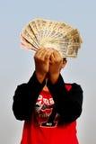2016年11月9日,印度A未认出的男孩在天空中采取了一些印地安货币 库存照片