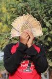 2016年11月9日,印度A未认出的男孩在天空中采取了一些印地安货币 免版税库存图片