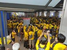 2016年11月19日,吉隆坡Malaysia's Bersih 5集会:抗议者斟酌行动的费用在强制统治下 免版税库存照片