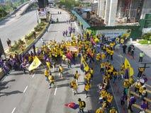 2016年11月19日,吉隆坡Malaysia's Bersih 5集会:抗议者斟酌行动的费用在强制统治下 库存照片