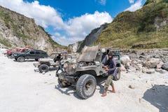 2018 2月18日,四轮驱动的汽车在Pinatubo远足, Capas的开始停放了 免版税库存图片
