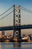 2016年10月15日,在特拉华河的本富兰克林桥梁向费城, PA在黎明 免版税库存图片