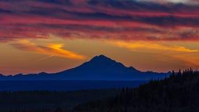 2016年9月1日,在Skilak湖,与绝种火山视线内,阿拉斯加,阿留申群岛Mounta的壮观的日落的Mt里道特火山 免版税库存图片