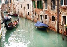 2016年10月16日,威尼斯,意大利 在运河的Gondoleer航行在一多云天 免版税库存照片