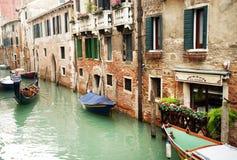 2016年10月16日,威尼斯,意大利 在运河的Gondoleer航行在一多云天 免版税库存图片