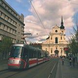 2017年4月16日,市布尔诺 - 捷克-欧洲 中心和公共交通工具的-电车圣托马斯教会 免版税库存照片