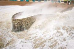 2015年11月29日,布赖顿,英国,作为巨大的风暴德斯蒙德波浪被捉住的人打破在头顶上 免版税图库摄影