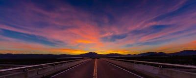 2017年3月12日,拉斯维加斯, NV -在跨境15上的高速公路天桥,在拉斯维加斯南部,日落的内华达与yellowline 免版税图库摄影
