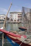 2017 6月15日,晴天在基奥贾,生活方式在水,在公寓单元的渔住房的房子里与渔船的 库存照片
