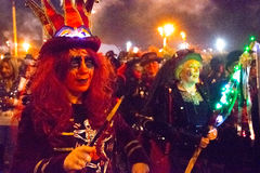 2015年10月17日,海斯廷斯,英国,妇女为每年篝火队伍装饰了 免版税库存图片